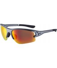 Cebe Cbacros6 em óculos de sol cinza